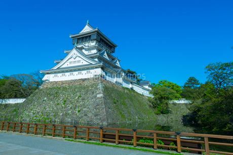 青空に映える小倉城の写真素材 [FYI01671117]