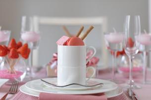 ピンクのマカロンデザートの写真素材 [FYI01671163]