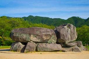 新緑の山と石舞台古墳の写真素材 [FYI01671184]