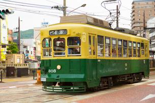 路面電車と長崎の町の写真素材 [FYI01671205]
