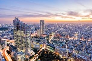 東京新宿ビル群と富士山のマジックアワーの写真素材 [FYI01671301]