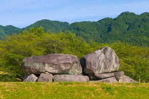 新緑の山と石舞台古墳の写真素材 [FYI01671391]