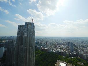 東京都庁と雲と太陽の写真素材 [FYI01671433]