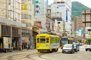 路面電車と長崎の町の写真素材 [FYI01671453]