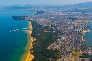 海の中道上空をを飛ぶ旅客機からの写真素材 [FYI01671458]