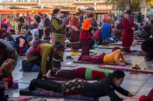 たくさんの巡礼者が訪れるジョカン寺の写真素材 [FYI01671546]