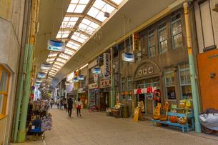昔懐かしい雰囲気の尾道商店街の写真素材 [FYI01671579]