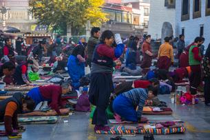 たくさんの巡礼者が訪れるジョカン寺の写真素材 [FYI01671604]
