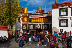 たくさんの巡礼者が訪れるジョカン寺の写真素材 [FYI01671648]