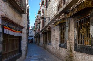 ラサ旧市街の路地裏の写真素材 [FYI01671666]
