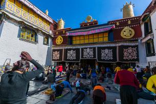 たくさんの巡礼者が訪れるジョカン寺の写真素材 [FYI01671693]