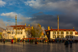 たくさんの巡礼者が訪れるジョカン寺の写真素材 [FYI01671719]