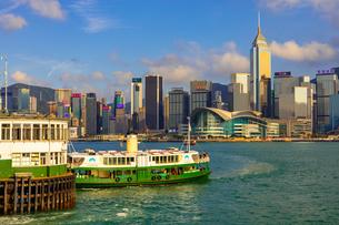 スターフェリーと香港の高層ビル街の写真素材 [FYI01671816]