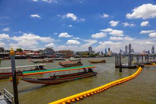 チャオプラヤー川の風景とエクスプレスボートの写真素材 [FYI01671841]