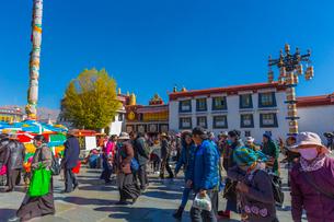 たくさんの巡礼者が訪れるジョカン寺の写真素材 [FYI01671881]