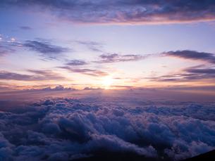 富士山頂からのご来光の写真素材 [FYI01671923]