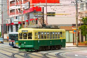 路面電車と長崎の町の写真素材 [FYI01671935]