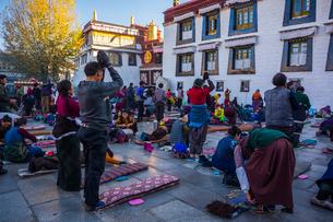 たくさんの巡礼者が訪れるジョカン寺の写真素材 [FYI01671936]