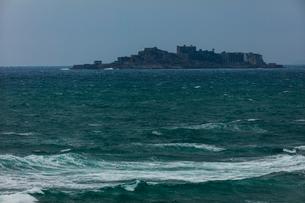 洋上に浮かぶ軍艦島の写真素材 [FYI01671946]