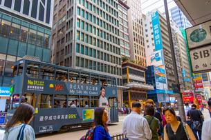 二階建て路面電車と香港の町の写真素材 [FYI01671951]