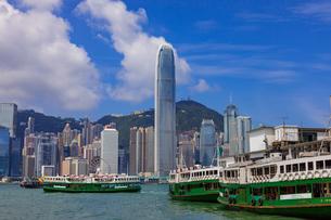 スターフェリーと香港の高層ビル街の写真素材 [FYI01671995]