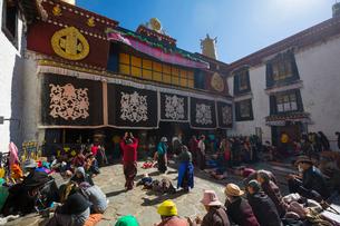 たくさんの巡礼者が訪れるジョカン寺の写真素材 [FYI01671998]