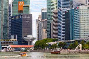 シンガポールの高層ビル群とマーライオンの写真素材 [FYI01672062]