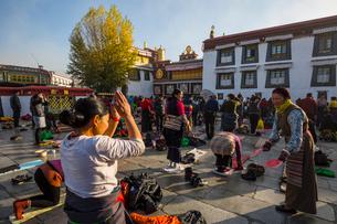 たくさんの巡礼者が訪れるジョカン寺の写真素材 [FYI01672106]