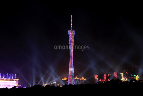 広州タワー(広州塔/Canton Tower)のライトアップの写真素材 [FYI01672113]