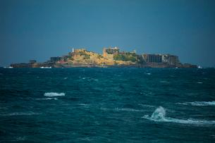 洋上に浮かぶ軍艦島の写真素材 [FYI01672136]