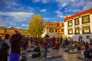 たくさんの巡礼者が訪れるジョカン寺の写真素材 [FYI01672228]
