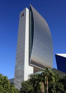ドバイの超高層ビル(National Bank of Dubai Building)の写真素材 [FYI01672248]