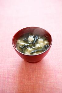 豆腐とわかめのみそ汁の写真素材 [FYI01672280]