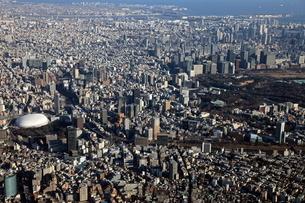 東京ドームから大手町にかけての超高層ビル群の空撮の写真素材 [FYI01672301]