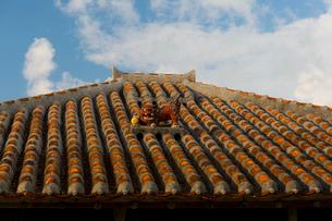 シーサーのある竹富島の民家の写真素材 [FYI01672322]
