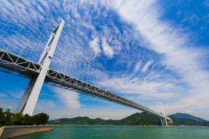 青空に映える因島大橋の写真素材 [FYI01672536]