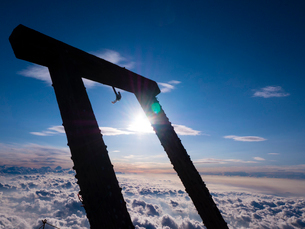 富士山頂からのご来光と鳥居と雲海の写真素材 [FYI01672553]