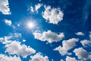 青空と太陽の写真素材 [FYI01672556]
