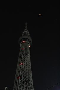 皆既月食とオリオン座と東京スカイツリーの写真素材 [FYI01672573]