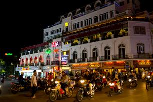 夜のハノイの旧市街の写真素材 [FYI01672698]