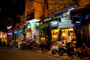 夜のハノイの旧市街の写真素材 [FYI01672707]