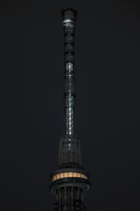 工事用照明でゲイン塔が照らされる東京スカイツリーの写真素材 [FYI01672862]