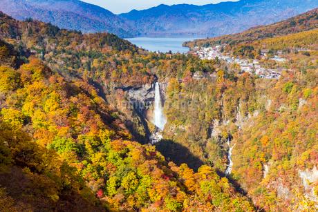 紅葉と華厳の滝の写真素材 [FYI01672945]