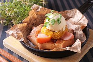 安納芋クリームのアップルパイの写真素材 [FYI01672969]