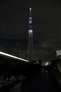 源森橋より望む白色にライトアップした東京スカイツリーの写真素材 [FYI01673013]