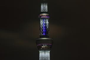 白色にライトアップした東京スカイツリーと天望シャトルの写真素材 [FYI01673029]