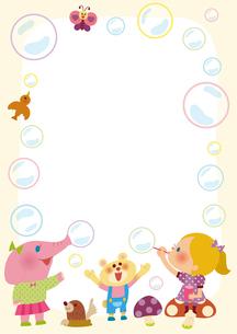 シャボン玉で遊ぶ女の子と動物のフレームのイラスト素材 [FYI01673123]