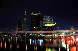 工事用照明でゲイン塔が照らされる東京スカイツリーの写真素材 [FYI01673290]