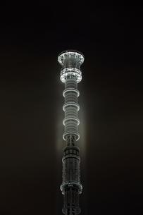 白色にライトアップした東京スカイツリーのゲイン塔の写真素材 [FYI01673351]