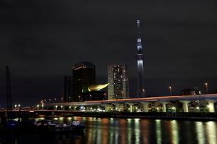 駒形橋より望む白色にライトアップした東京スカイツリーの写真素材 [FYI01673447]